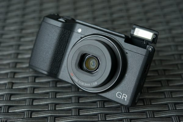 trên tay máy ảnh Ricoh GR II