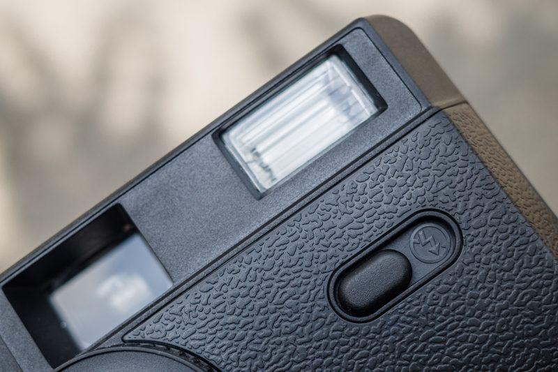 Thân máy chụp ảnh film Ilford Sprite 35 II thiến kế bằng nhựa với những hoa văn in nổi