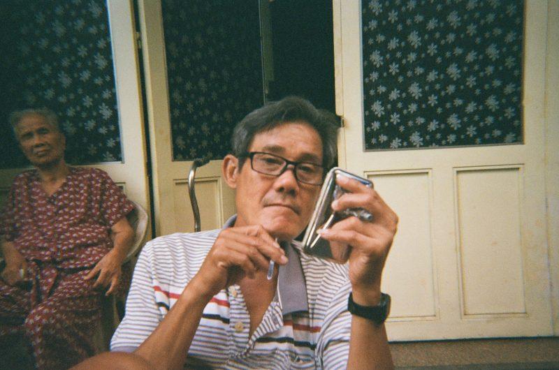 Ảnh chụp người dưới bóng râm bằng máy Ilford Sprite 35 II