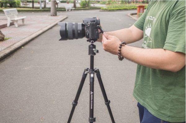 Chân máy ảnh là thiết bị không thể thiếu trong ngành nhiếp ảnh